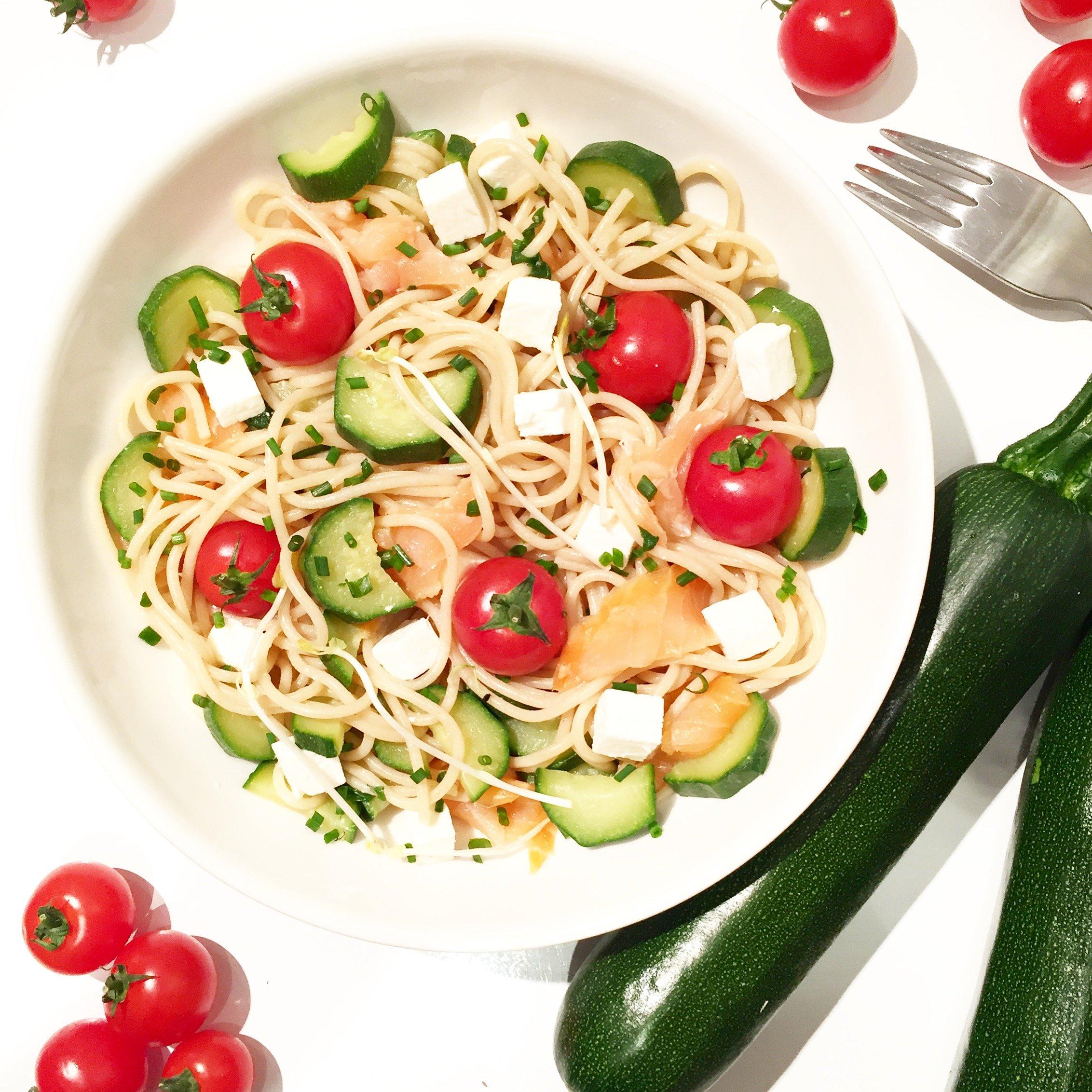 Salade de pâtes complètes au saumon, courgettes et basilic