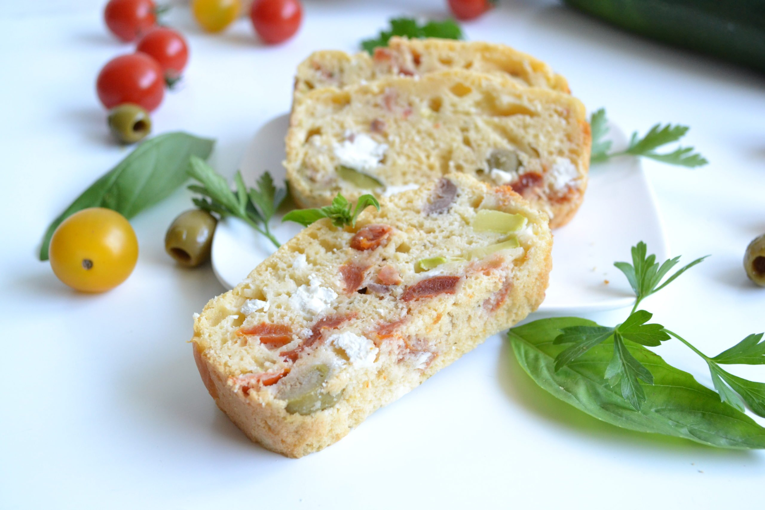 Cake salé aux courgettes, olives, tomates et fêta