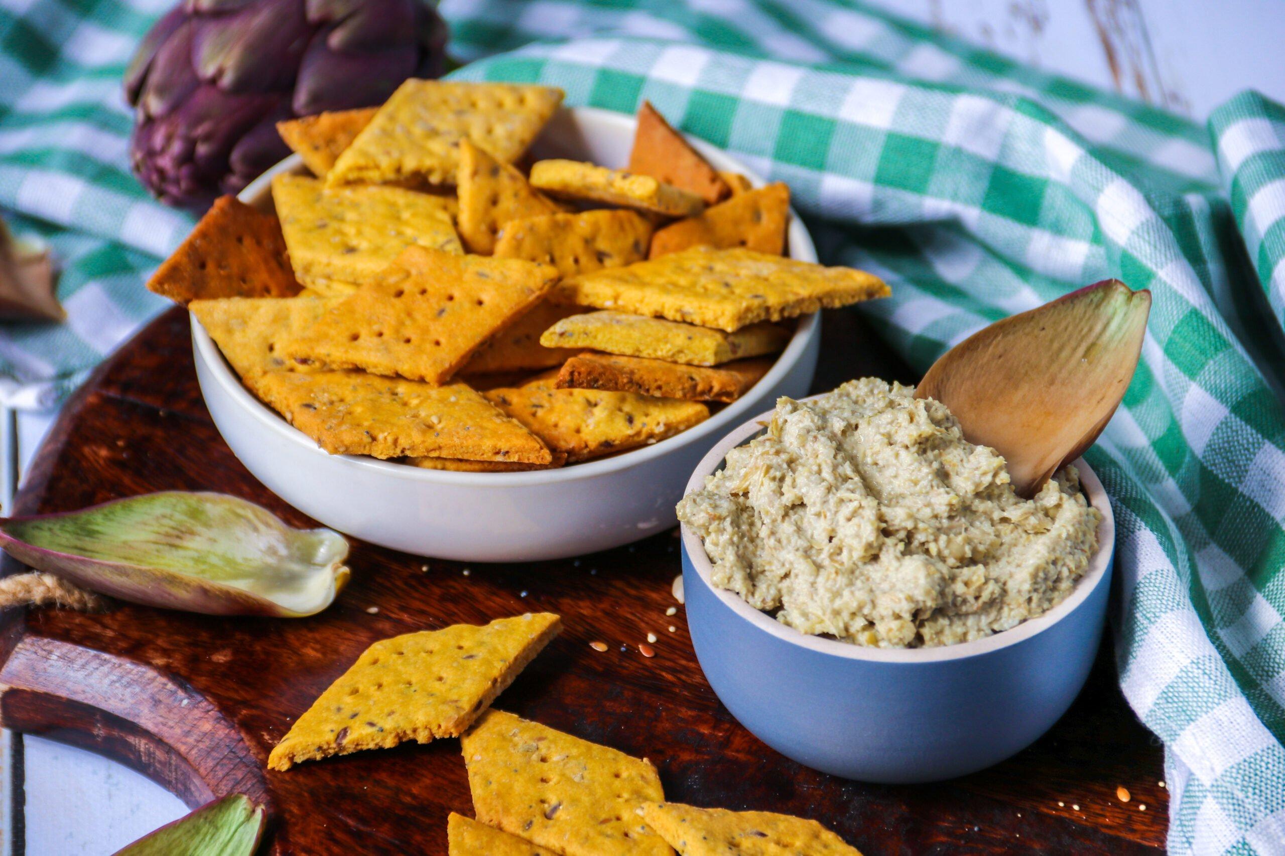 Crackers à la farine de pois-chiches et tartinade d'artichauts