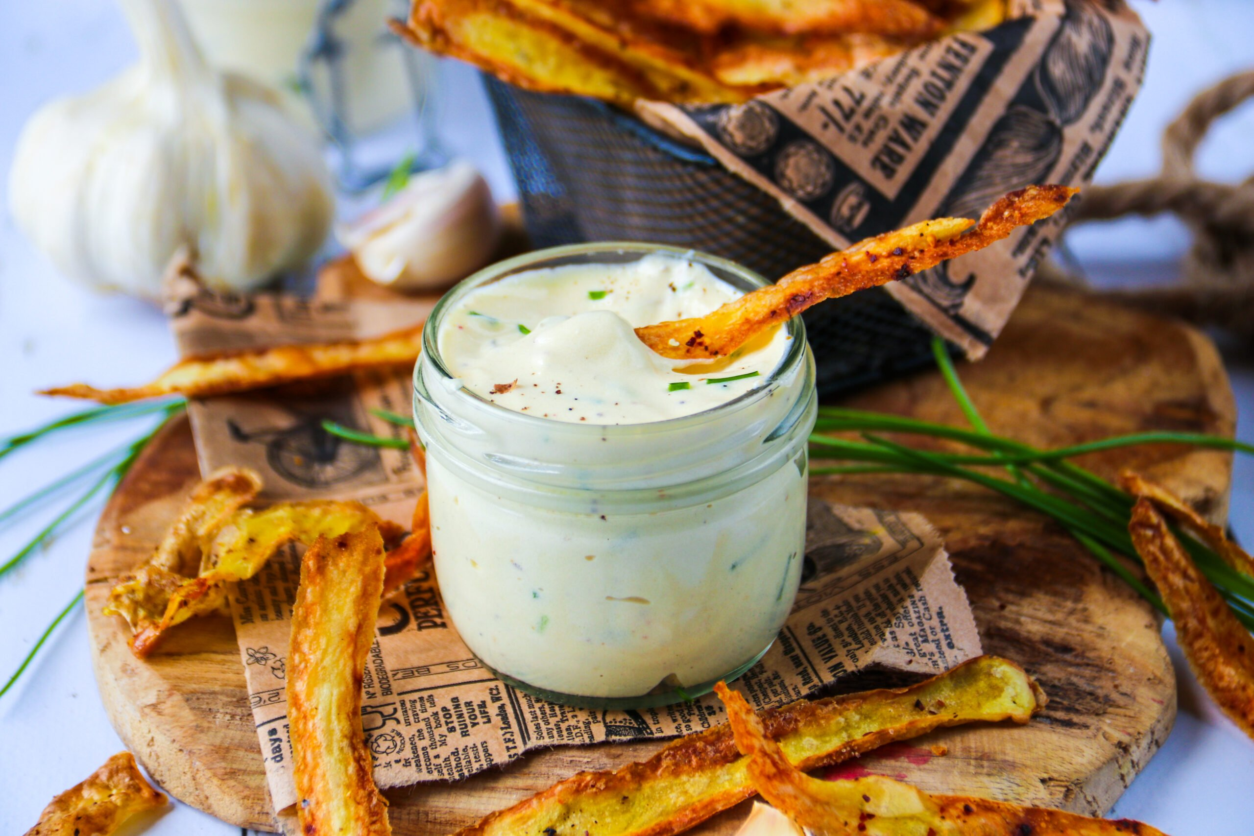 """Sauce """"mayo"""" à la pomme de terre, chips d'épluchures"""