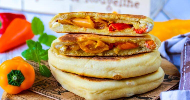 Naans aux poivrons rôtis et au fromage frais