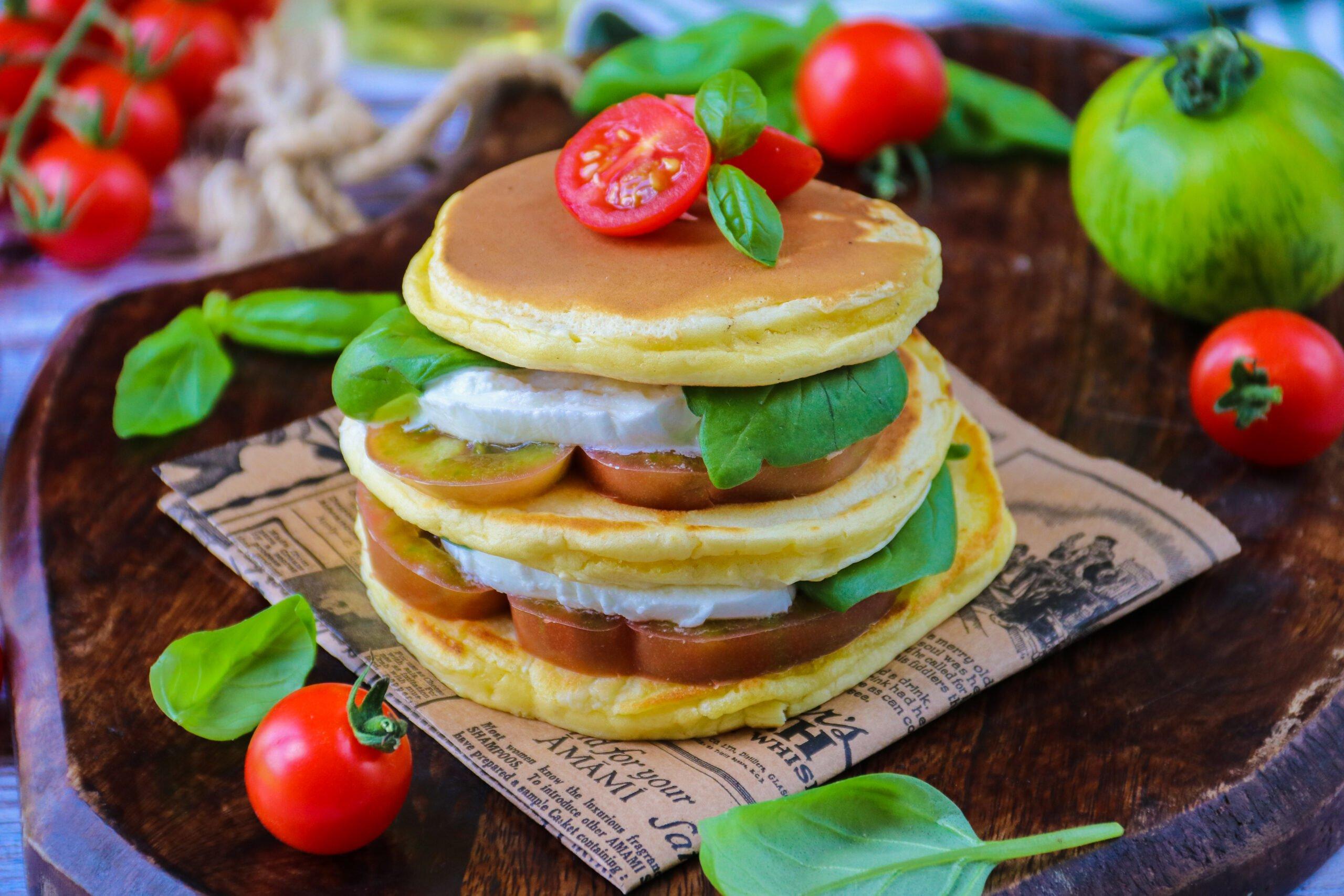 Pancakes salés tomates, mozzarella et basilic